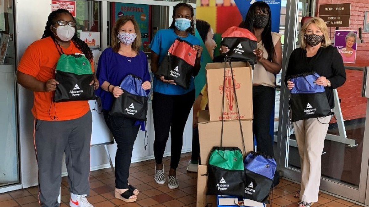 Alabama Power volunteers get students snacking healthily