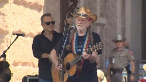 Willie Nelson, Beto O'Rourke rally with hundreds for voting rights at Texas Capitol