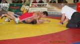 Joel Greschok (rot) gewinnt durch Schultersieg gegen Fabian Schmotz.