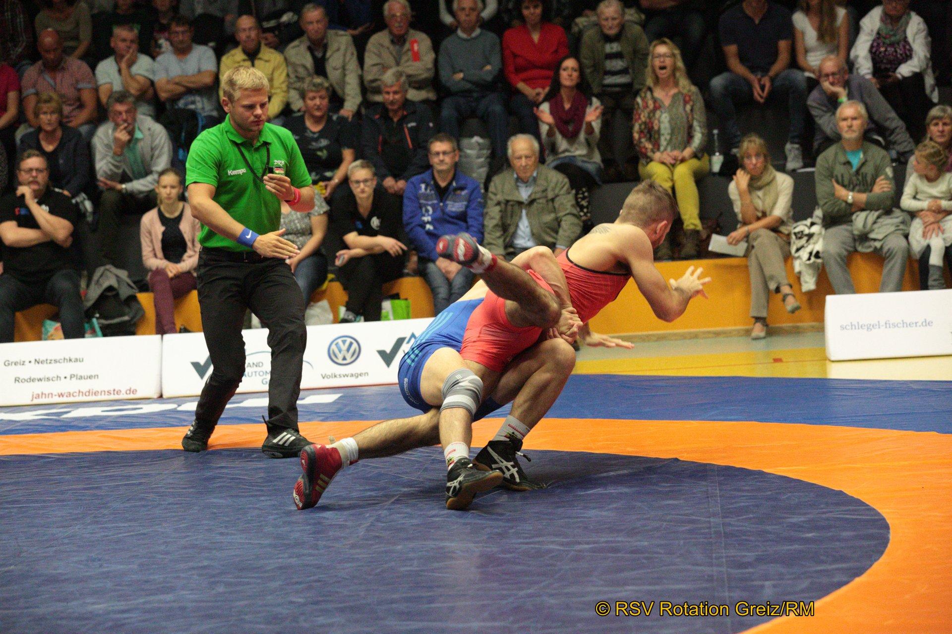 61kg Greco: Alexander Grebensikov (2) (rotes Trikot), RSV Rotation Greiz gegen Razvan Arnautu EU (5), ASV Schorndorf 0:4/TÜ/0:15/02:45