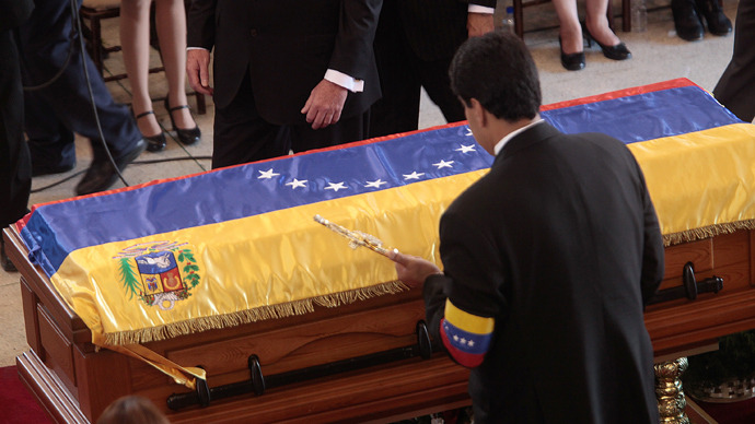 Venezuelan Vice-President Nicolas Maduro placing a sword that belonged to South American liberator Simon Bolivar on the coffin of late Venezuelan President Hugo Chavez in Caracas, on March 8, 2013 (AFP Photo)