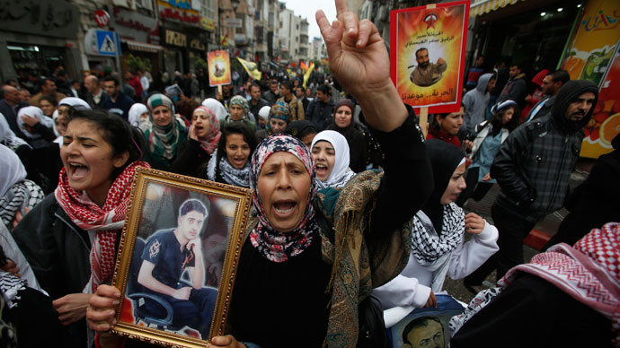 """Palestinians take part in a protest marking """"Palestinian Prisoners Day"""" in the West Bank city of Ramallah April 17, 2013.(Reuters / Mohamad Torokman)"""