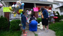 Wellwishers come drop a token of respect at the of the sister of Amanda Berry, one of three women held captive for a decade, May 7, 2013 in Cleveland (AFP Photo / Emmanuel Dunand)