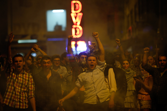 Anti-government protesters shout slogans as they clash with riot police in central Ankara early June 1, 2013 (Reuters / Umit Bektas)