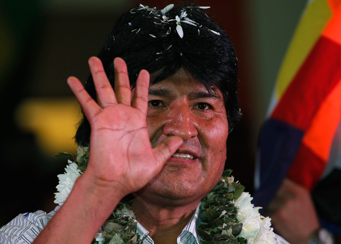 Bolivia's President Evo Morales waves to the crowd during a meeting with Bolivian social organizations in Cochabamba July 4, 2013 (Reuters / David Mercado)