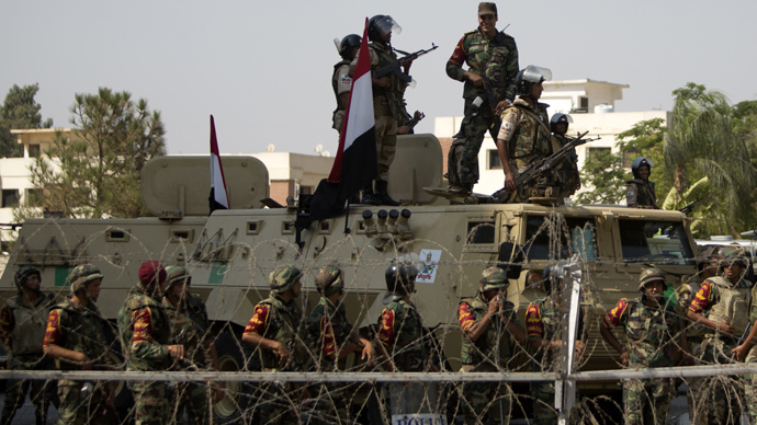 Egyptian security forces take position outside the headquarters of the Republican Guard in Cairo (AFP Photo / Mahmud Hams)