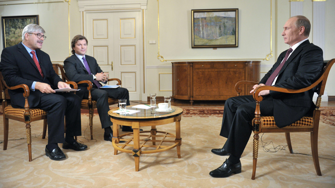 Vladimir Putin (R) in Novo-Ogaryovo during an interview to Channel One and The Associated Press (RIA Novosti / Alexei Druzhinin)