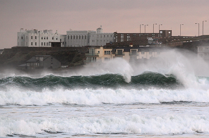 Waves break along the shore in Portstewart in Northern Ireland, on December 24, 2013. (AFP Photo / Peter Muhly)