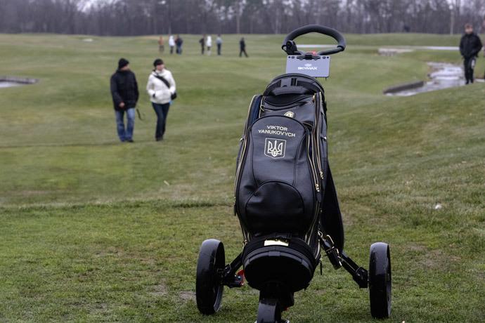 A golf bag featuring the name of Ukraine's President Viktor Yanukovich (Reuters / Konstantin Chernichkin)