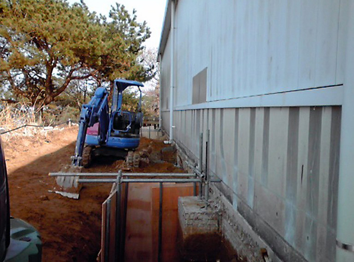 This handout picture taken by Tokyo Electric Power Co. (TEPCO) on March 28, 2014 shows a pit under a storage house where a worker was burried in earth and rubble while digging a hole at the site at TEPCO's Fukushima dai-ichi nuclear plant in Okuma in Fukushima prefecture. (AFP Photo)