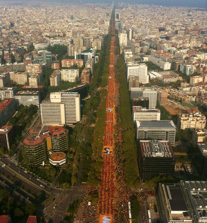 A handout pictured provided on September 11, 2014 by ANC (Catalan Nationa Assembly) shows an aerial view of a giant Senyera (Catalan flag) formed by several thousands of demonstrators during celebrations of Catalonia National Day (Diada) in Barcelona. (AFP Photo)