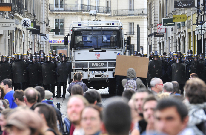 Police officers face protesters on November 1, 2014 in Nantes, western France (AFP Photo / Georges Gobet)