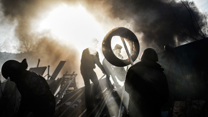 Protesters build a barricade on February 21, 2014 at the Independent square in Kiev. (AFP Photo / Bulent Kilic)