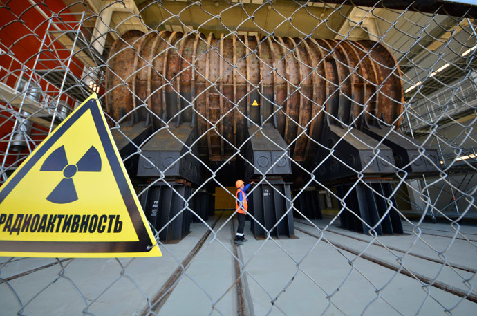 An employee looks at equipment in a new facility at a nuclear waste disposal plant in the town of Fokino in Russia's far-eastern Primorsky region (Reuters / Yuri Maltsev)
