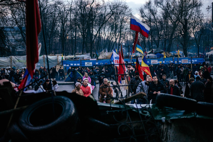 Pro-Russian activists gather outside the secret service building in the eastern Ukrainian city of Lugansk on April 14, 2014. (AFP Photo / Dimitar Dilkoff)