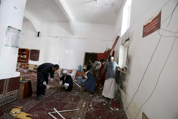 A forensic expert and other people look for evidence at the site of a bomb explosion at a mosque in Yemen's capital Sanaa May 22, 2015. (Reuters / Khaled Abdullah)