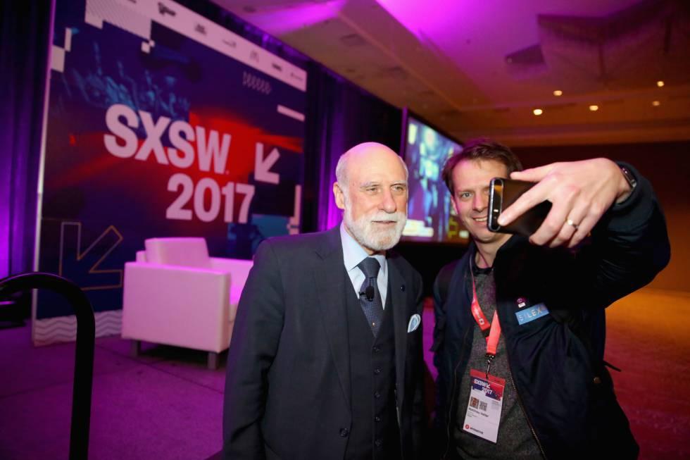 El Chief Internet Evangelist de Google, Vinton Cerf (izquierda) posa durante el festival SXSW de este año.
