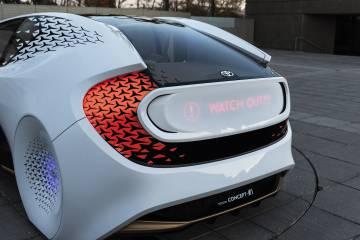 El Concept-i, desarrollado por el estudio CALTY Design Research y el Toyota Innovation Hub, se relaciona con el exterior: la parte trasera envía mensajes a otros conductores sobre curvas que se acercan o posibles peligros.