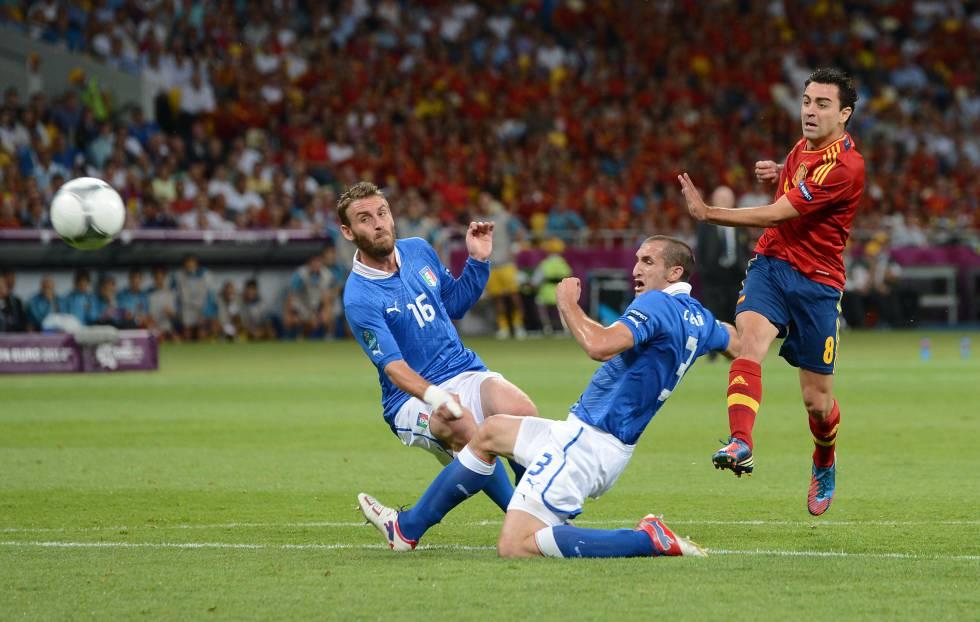 Xavi Hernandez chuta ante Daniele De Rossi y Giorgio Chiellini durante la final de la Eurocopa 2012.