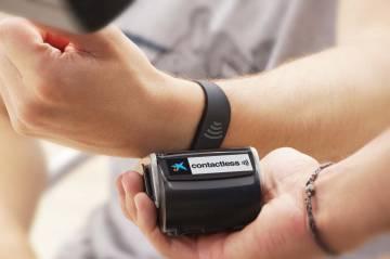 Pago con tarjeta digital a través de una pulsera 'contactless'.