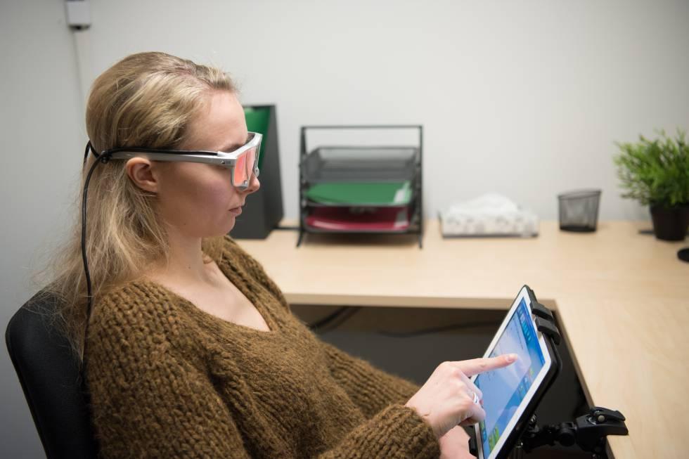 Unas gafas especiales registran el recorrido de los ojos por la pantalla mientras se navega.