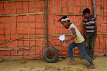 Dos niños rohingya juegan en un campo de refugiados en Bangladesh