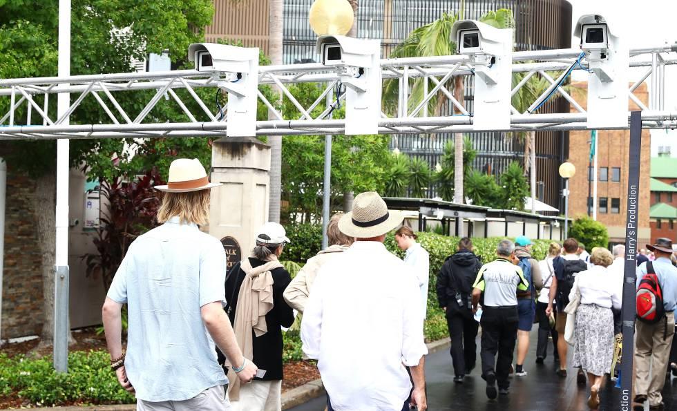 Una hilera de cámaras con tecnología de reconocimiento facial graba a los asistentes a un partido de cricket entre Australia e Inglaterra en Sydney el pasado enero.