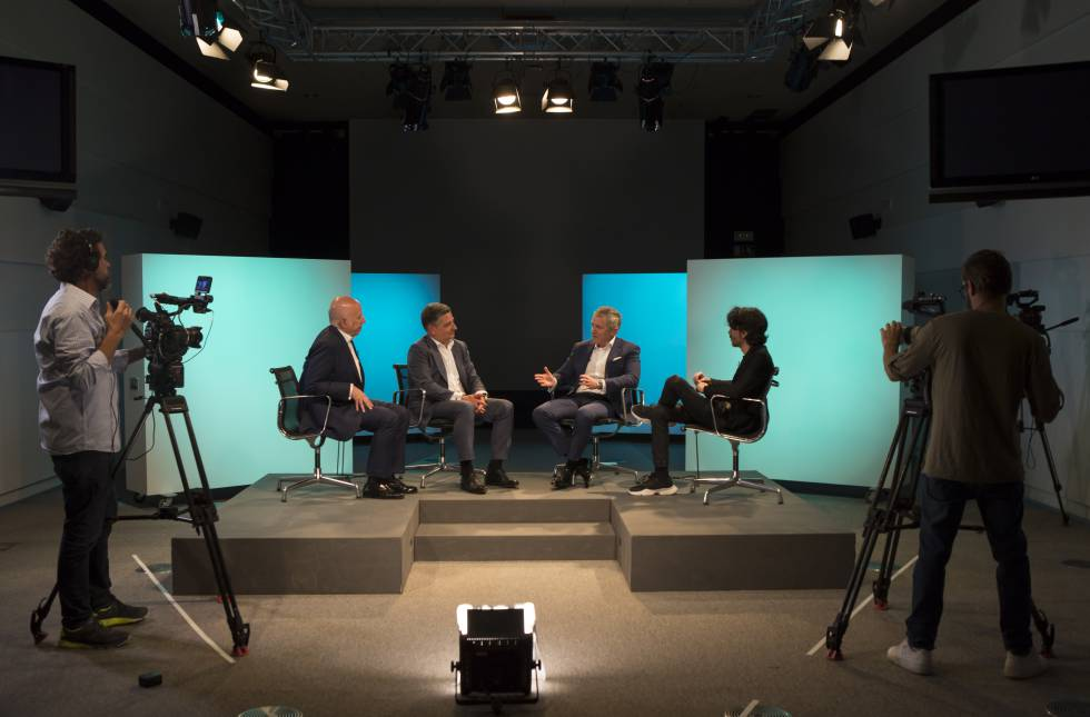 De izquierda a derecha: Hilario Albarracín, presidente de KPMG España; Miguel Ángel López, presidente de Siemens España; Francisco Pérez Botello, presidente del grupo Volkswagen en España; y Jaime García Cantero, director de Contenidos del Foro Retina