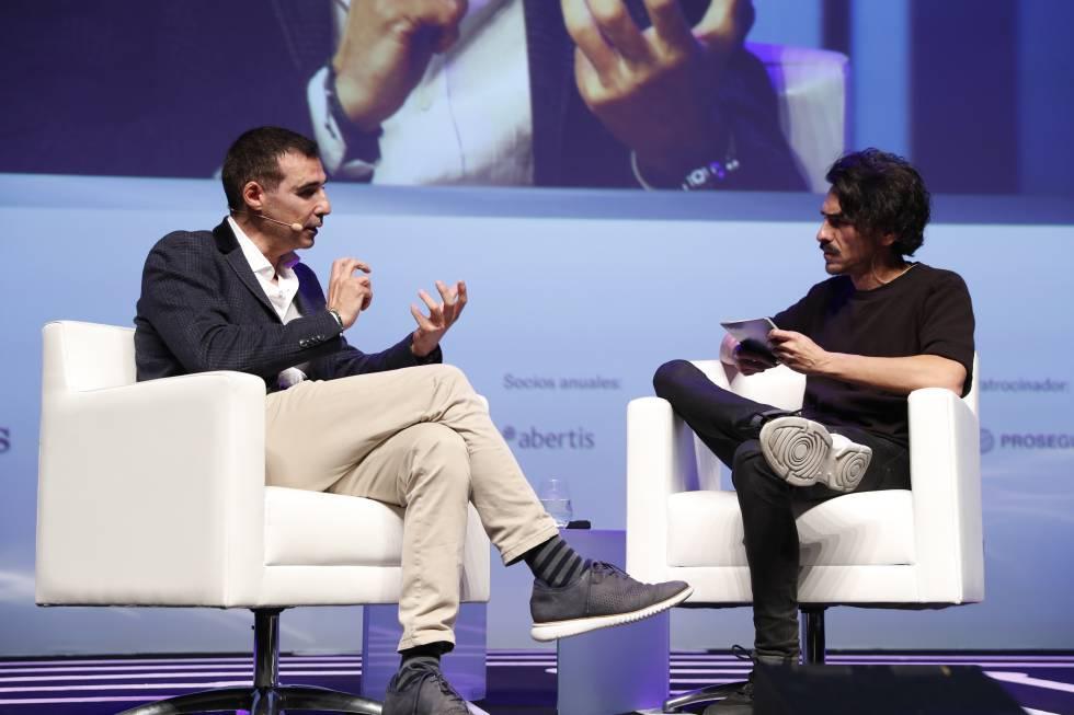 Miguel Vicente en un instante de su conversación con Jaime García Cantero