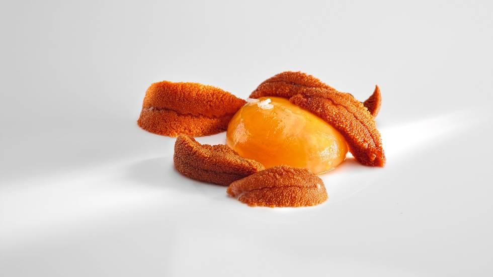Yemas de huevo arropadas con yemas de erizo fue el primer plato que hizo Aduriz con Foodpairing.