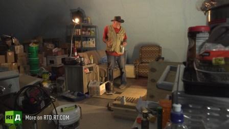Survivalist em seu bunker com estoques de comida. Ainda tirado do documentário RTD Armageddon Ready