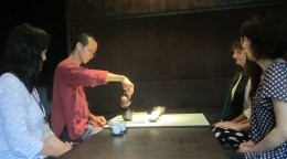 Teemeister Yang bereitet den Tee zu