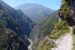 Nach kapp 2 km führte uns die Zhuilu Old Road wieder zurück zur Taroko Schlucht. Der Pfad ist hier teilweise nur 70cm breit. Nicht nach unten gucken kam aber trotzdem nicht in Frage.