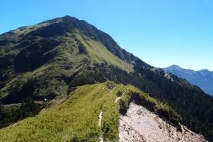 Auf dem Hehuanshan gibt es viele kleinere Wanderrouten, die auf einen der Gipfel führen. Sie sind alle ohne Probleme von der Straße aus erreichbar und in wenigen Stunden zu bewältigen. Einzig für den 10 Kilometer langen Aufstieg auf den Westgipfel sollte man mehr Zeit und eventuell eine Übernachtung einplanen.