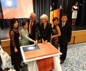 """Taiwans Vertreterin in Berlin, Agnes Hwa-Yue Chen, und Gäste schneiden die """"Geburtstagstorte"""" an"""