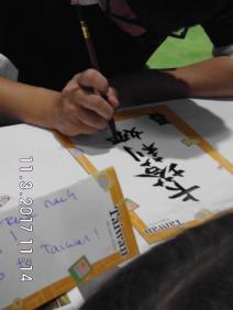 Kalligraph schreibt den Namen einer Besucherin