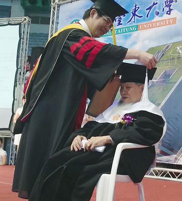Le doyen des diplômés universitaires est cet aborigènes nommé Huang, de l'université de Taitung (CNA)