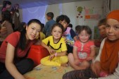 Daphnée en compagnie d'enfants syriens