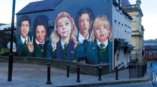 Un mural de Derry Girls. La serie ha sido un fenómeno de público para Channel 4