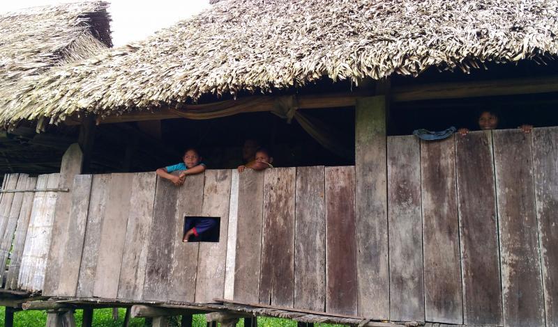 Niños de Puerto Puntales que observan la llegada de la embarcación. Foto: Mauricio Orjuela.
