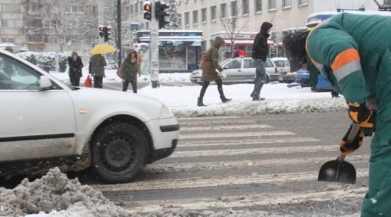 Snijeg izazvao kolaps u BiH: Saobraćajke, zatvoreni putevi, tramvaji u kvaru
