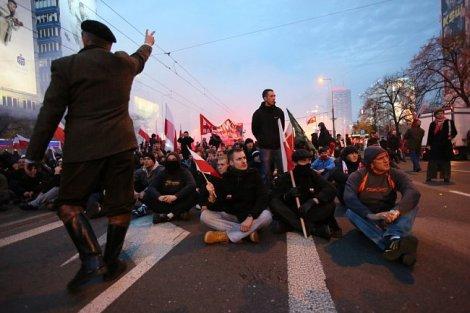 Сразу три крупных политических шествия прошли в Варшаве в День независимости Польши. В ходе беспорядков, устроенных националистами, пострадали 22 полицейских, 176 человек арестованы