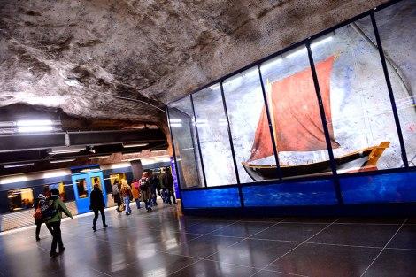 Станция Fridhemsplan. Море является основной дизайнерской линией оформления.