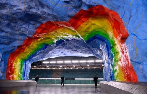 На станции Stadion вы можете увидеть огромную радугу, подпирающую своды перехода, который напоминает о чистом голубом небе где-то там, наверху. Практически все стены станции выкрашены в голубой цвет.