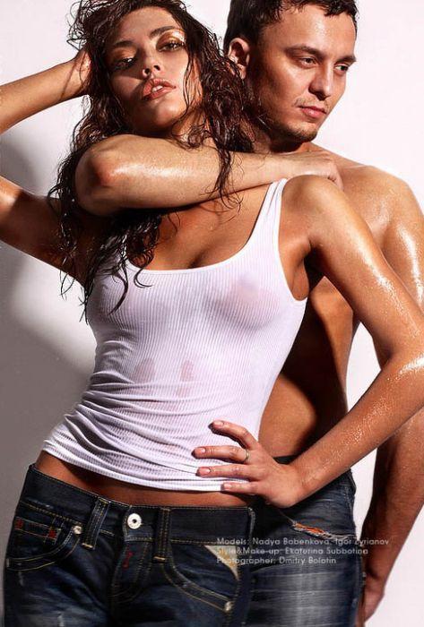 Девушки в обтягивающих мокрых футболках (75 фото)