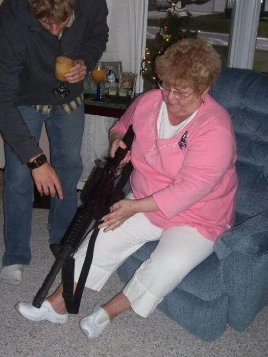 Пожилые дамочки с оружием (26 фото)