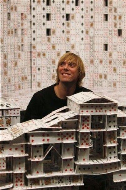 Карточная копия казино Венеция Макао занимает 10,6 метров в длину, 3 метра в высоту и весит 272 кг.