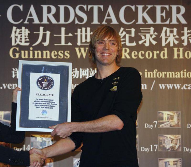 Нынешняя карточная постройка превзошла по размерам занесенный в книгу рекордов Гиннеса карточный дом, построенный Бергом в 17-летнем возрасте
