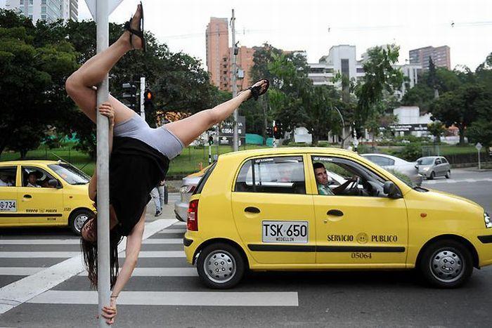 Танцы на дорожных знаках (9 фото)