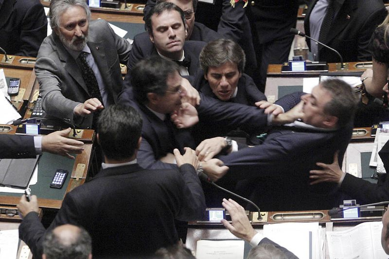 Кулачные бои в парламентах (18 фото)
